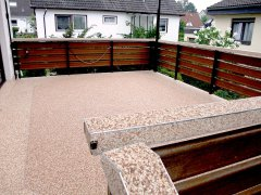 Terrasse avec tapis de pierres marron beige
