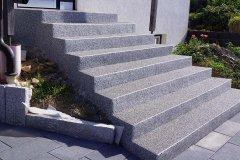 tapis de pierre gris blanc sur escalier